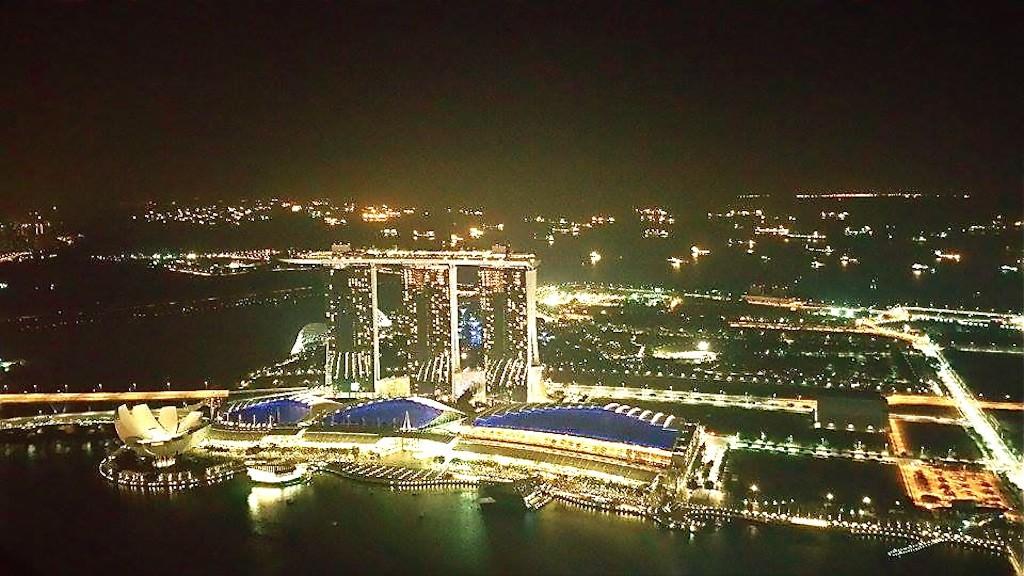 Singapurs Marina Bay Sands Hotel von der Sky-Bar 1-Altitude fotografiert.