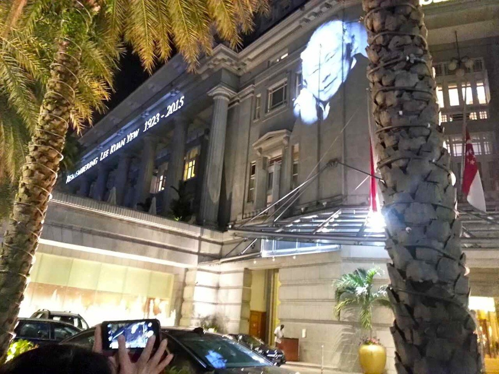 Während der siebentägigen Staatstrauer anlässlich des Todes von Lee Kuan Yew wurde sein Antlitz an die Hauswand des Fullerton Hotels in Singapur projiziert.