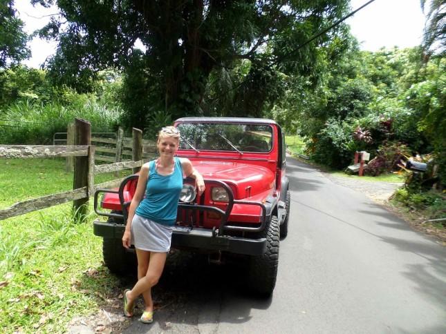 Roadtrip auf Maui: Anneke vor ihrem Mietwagen