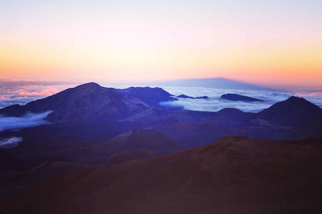 Wandern auf Maui: Wanderung im Haleakala, Maui, Hawaii Sonnenuntergang überm Vulkan