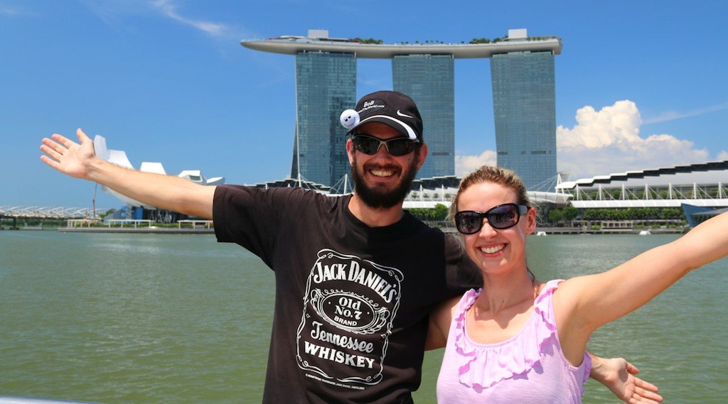"Liane und Lars von ""Bob around the World"" vor dem Marina Bay Sands Hotel in Singapur"
