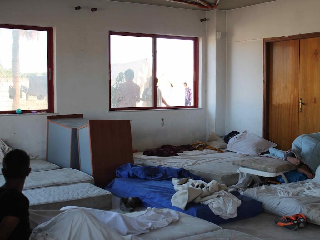 """Im heruntergekommenen Hotel """"Captain Elias"""", wo Ende August 2015 bis zu eintausend Flüchtlinge hausen"""