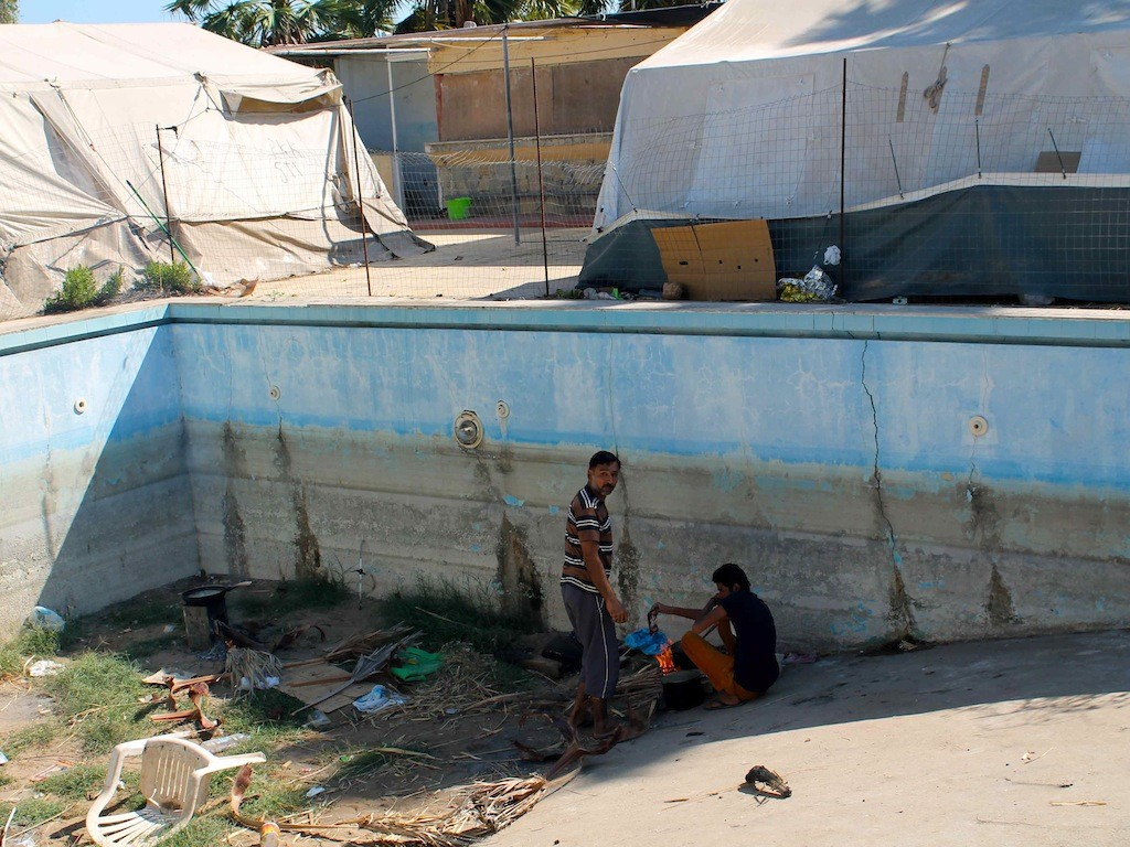 "Der leere Pool des ""Captain Elias"" dient den Flüchtlingen als Feuerstelle"
