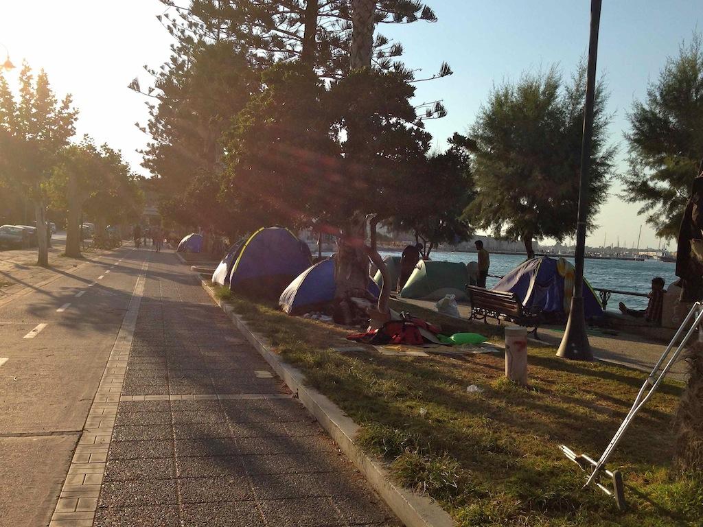 Zelte von Flüchtlingen an der Hafenpromenade von Kos Stadt, Griechenland