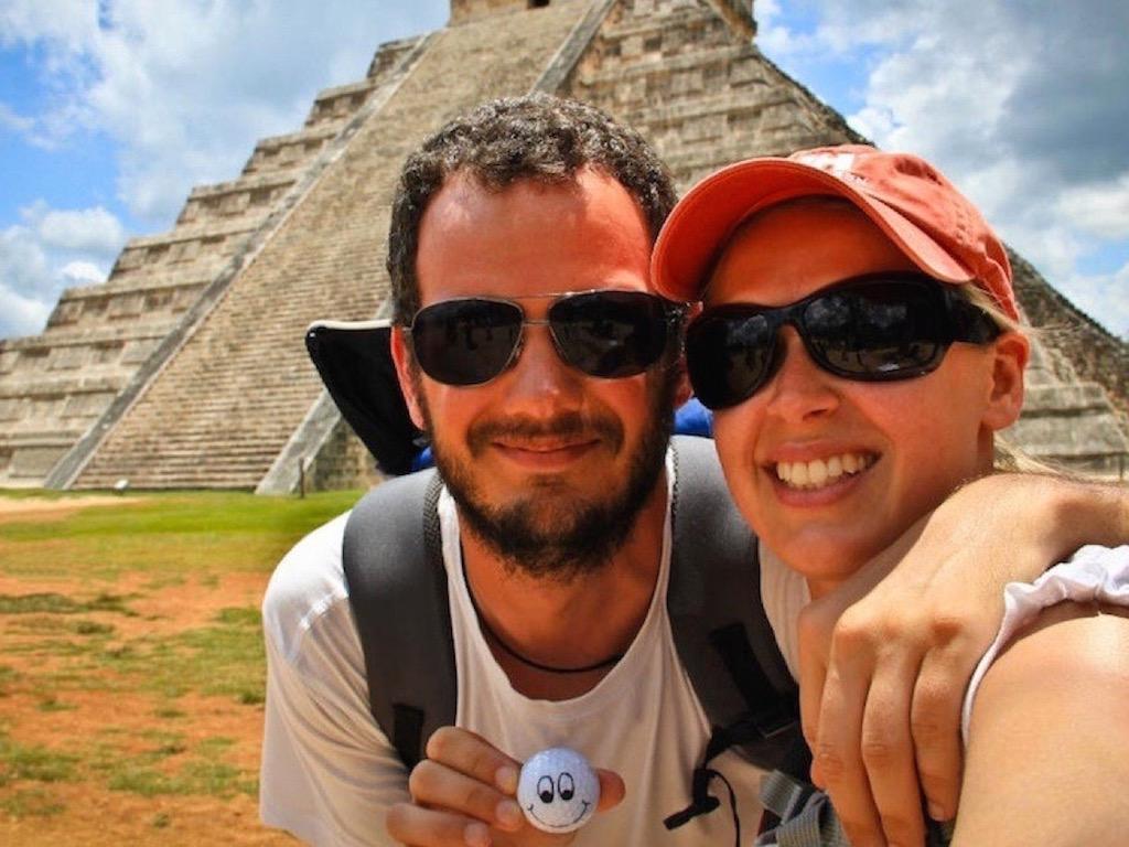 Paar auf Weltreise: Liane und Lars vor der Maya-Stätte Chichén Itzá