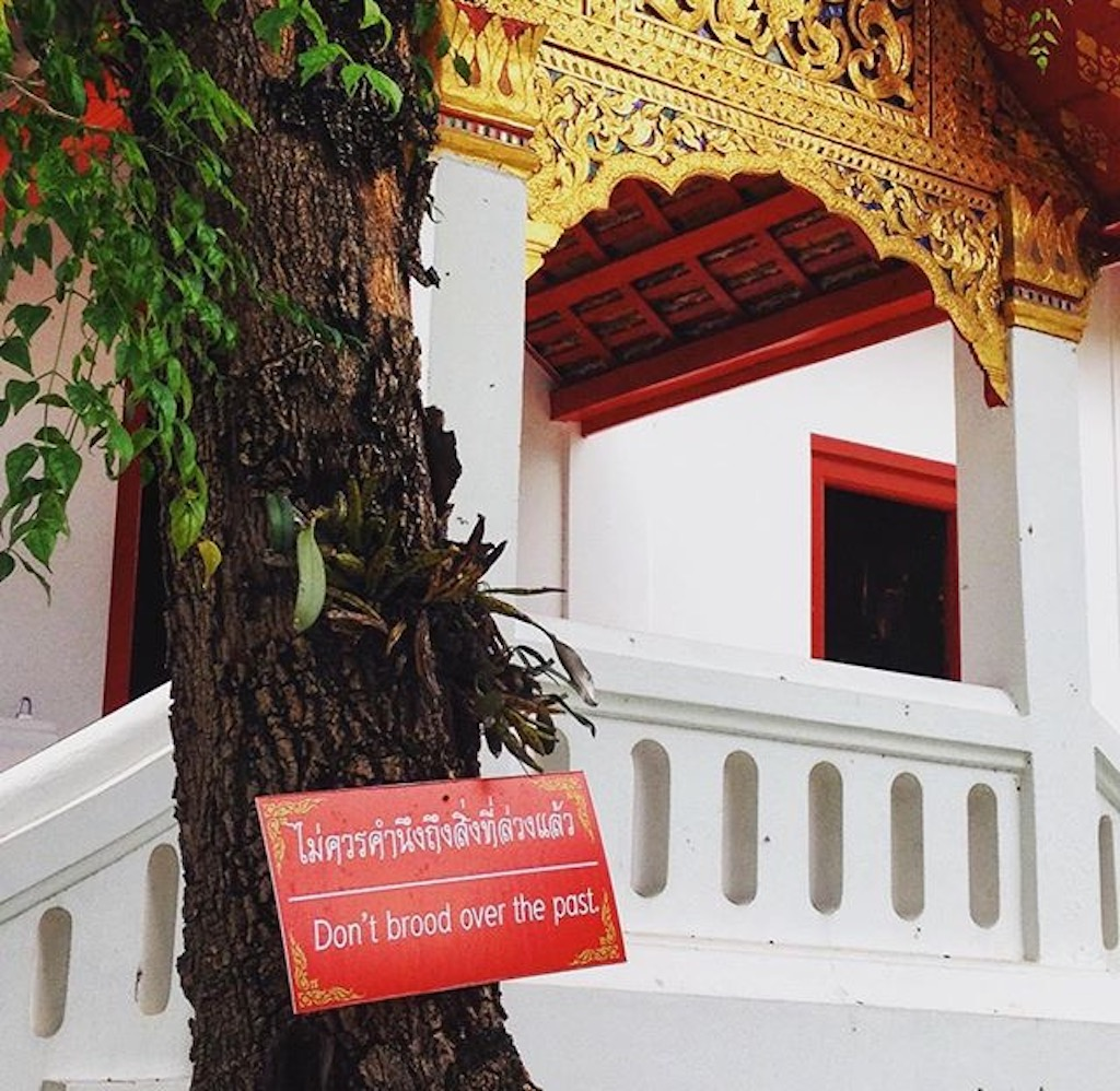 Eines der unzähligen Schilder mit glückskeksartigen Sinnsprüchen auf Thai und Englisch, die in der Altstadt von Chiang Mai immer in Tempelnähe an Bäumen befestigt sind