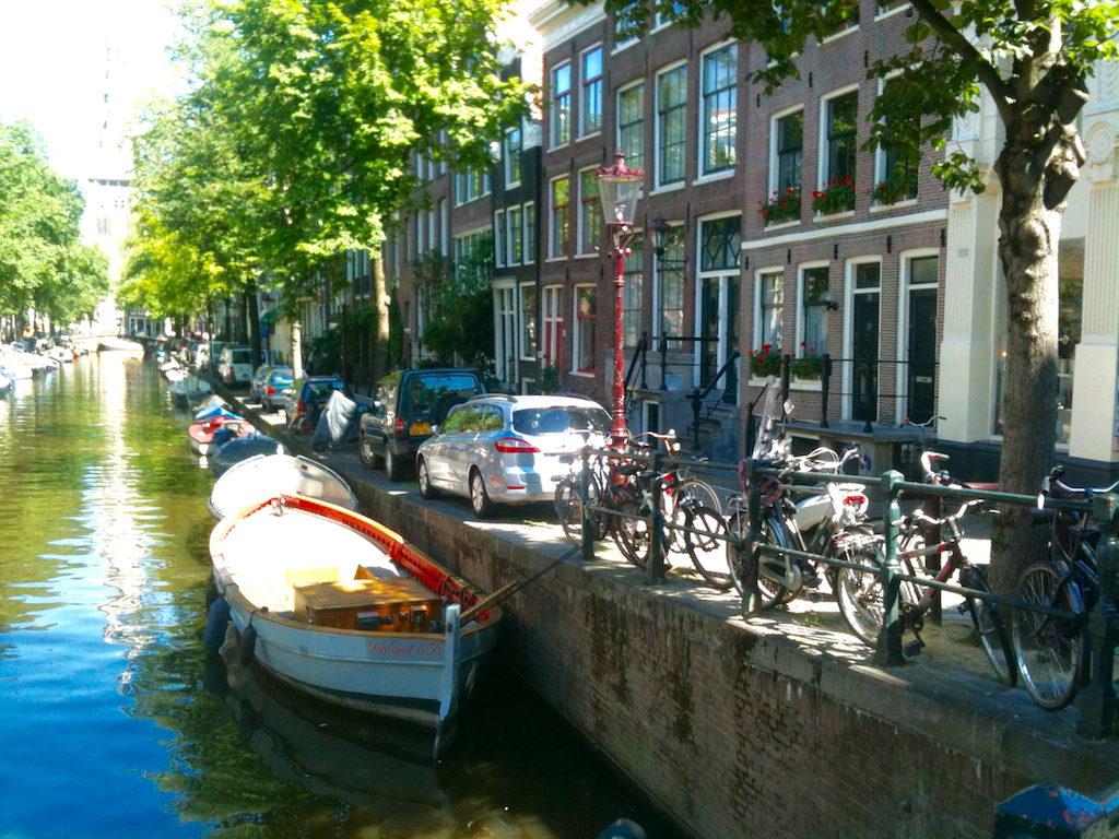 Allein in Amsterdam durch die Grachten spazieren
