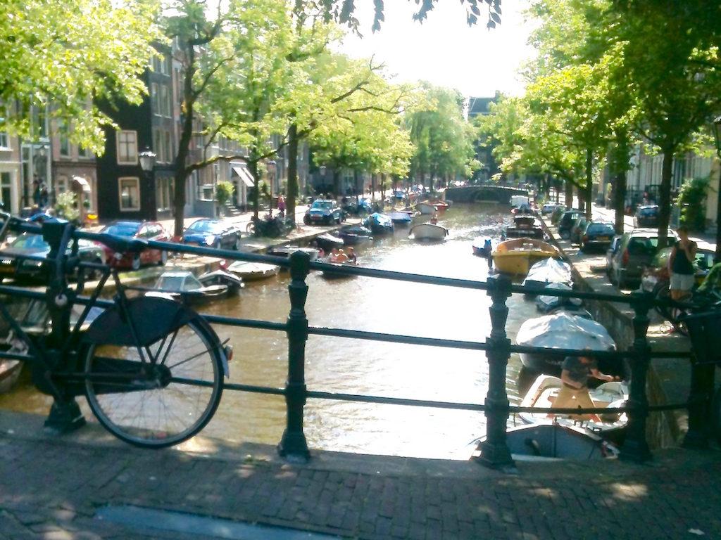 Man kann auch allein in Amsterdam Grachten gucken gehen. Prinsengracht