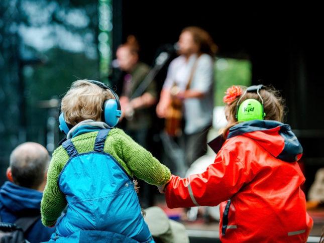 """Kinder mit Lärmschutz-Kopfhörern beim """"A Summer's Tale""""-Festival in der Lüneburger Heide"""