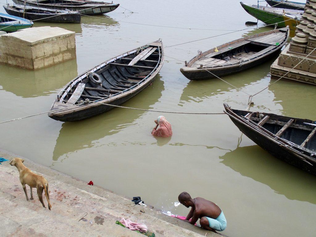 Eine Hinduistin badet im Ganges