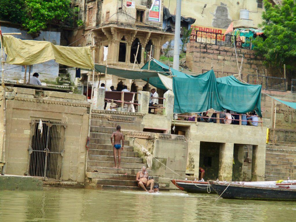 Varanasi Indien: Hindus baden im Ganges