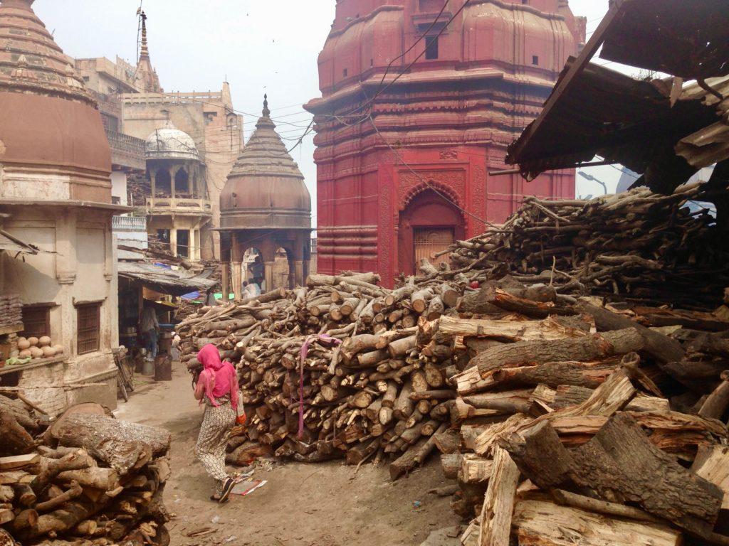 Feuerholz am Manikarnika Ghat, wo öffentlich Leichen verbrannt werden