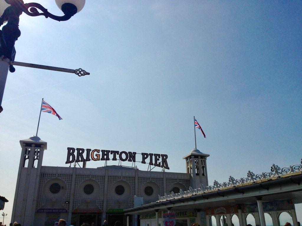 Brighton Pier mit Leuchtschrift