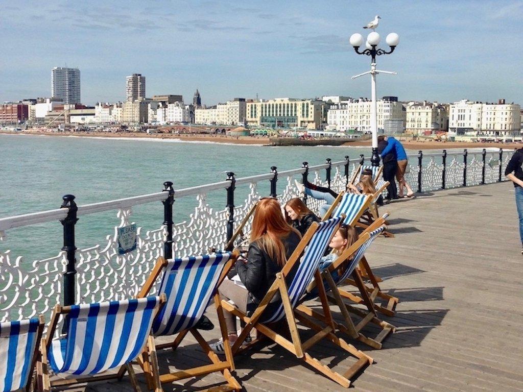 Im Liegestuhl chillen auf dem Pier
