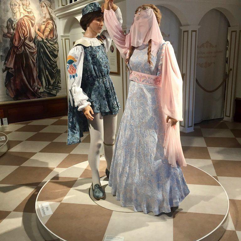 Drehort Drei Haselnüsse für Aschenbrödel: Kostüme
