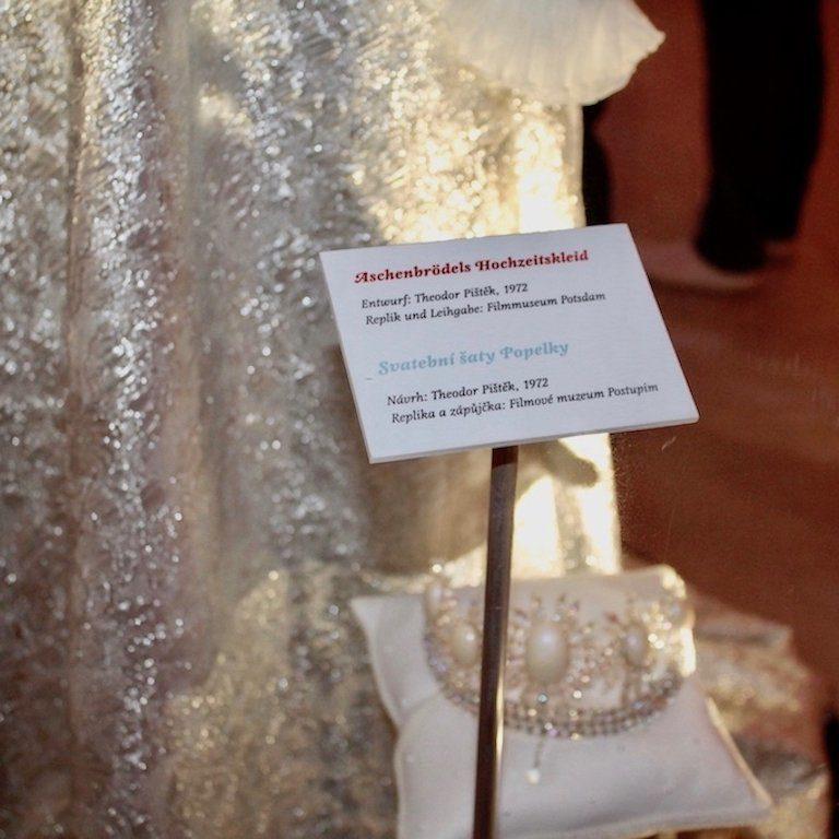 Drei Haselnüsse für Aschenbrödel: Replik des Hochzeitskleides