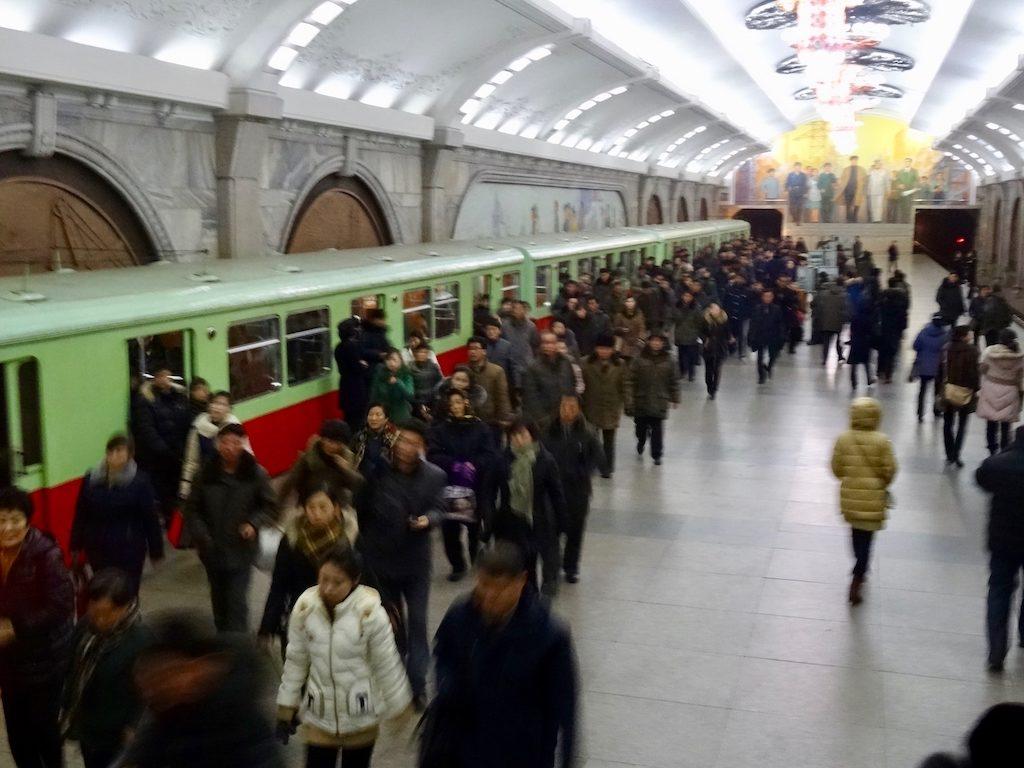 Nach Nordkorea reisen: Die U-Bahn in Pjöngjang nutzt ausrangierte Züge aus Berlin