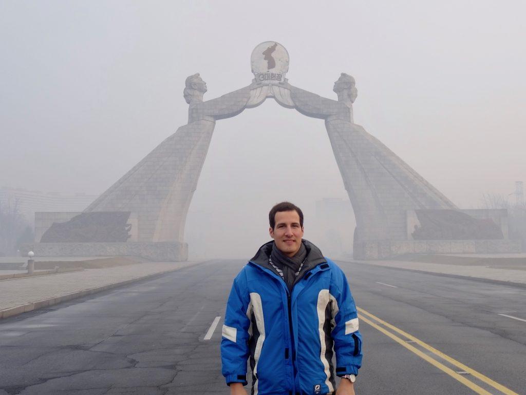 Nach Nordkorea reisen: Tim vor dem Denkmal für die Wiedervereinigung