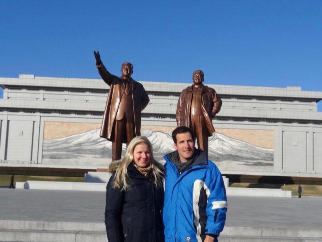 Nach Nordkorea reisen: Vor den Kim-Statuen