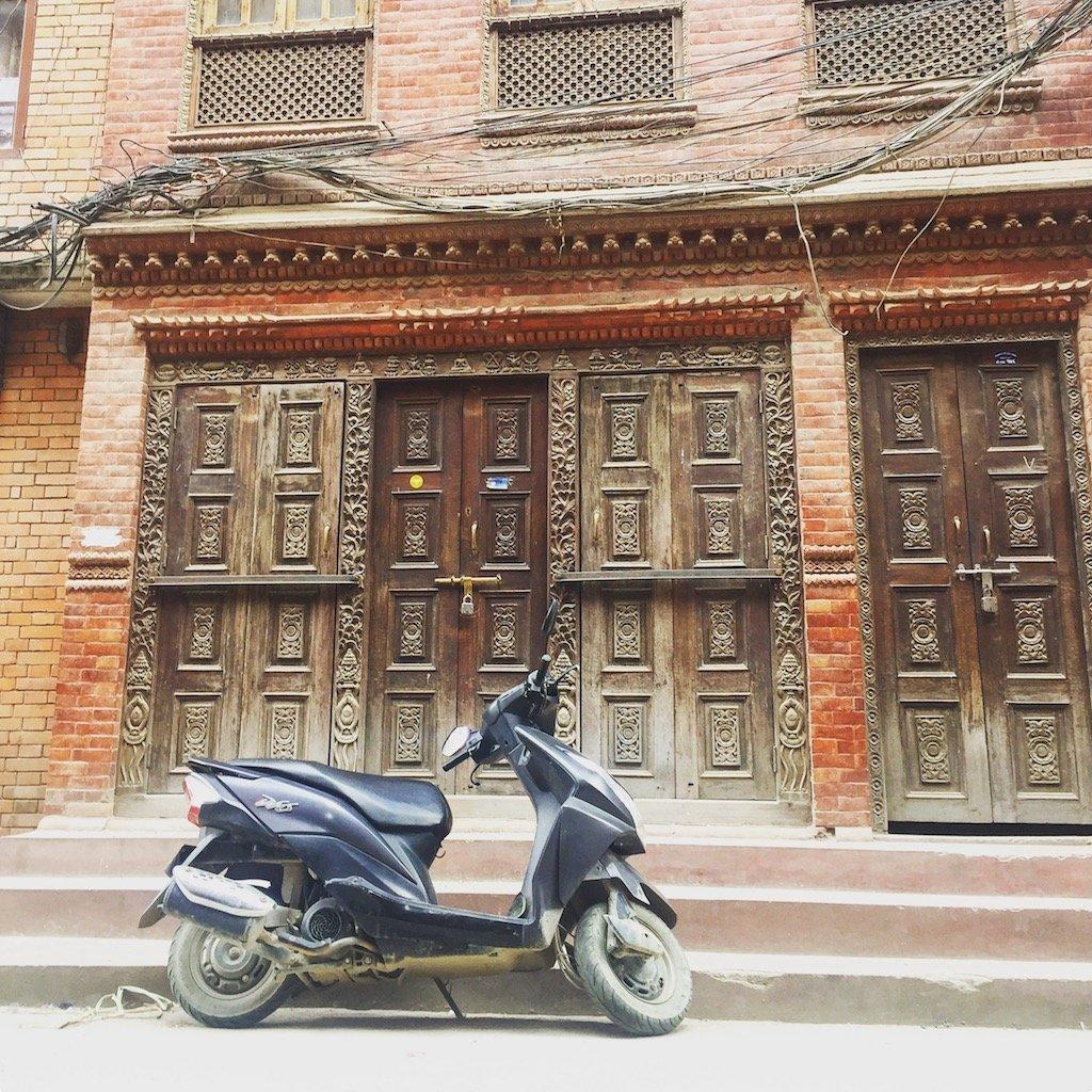 Sehenswürdigkeiten in Kathmandu: Überall Holz, Backstein, Kabel und Scooter.