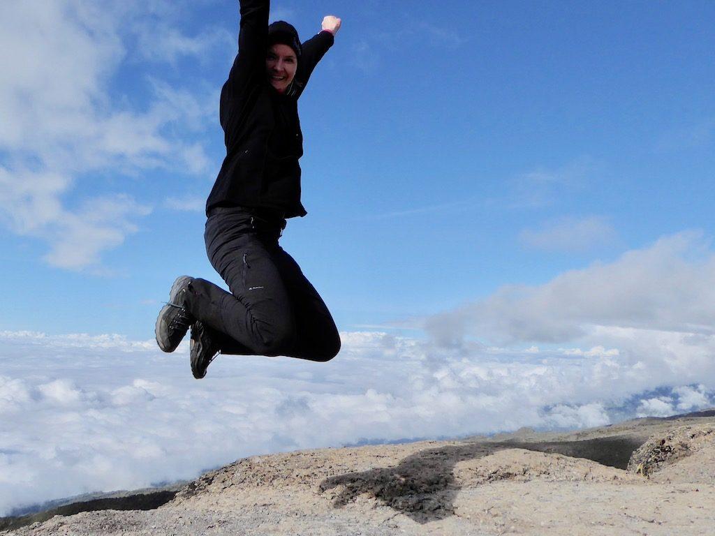 Kilimandscharo-Besteigung: Freudensprung nach der erklommenen Barranco Wall