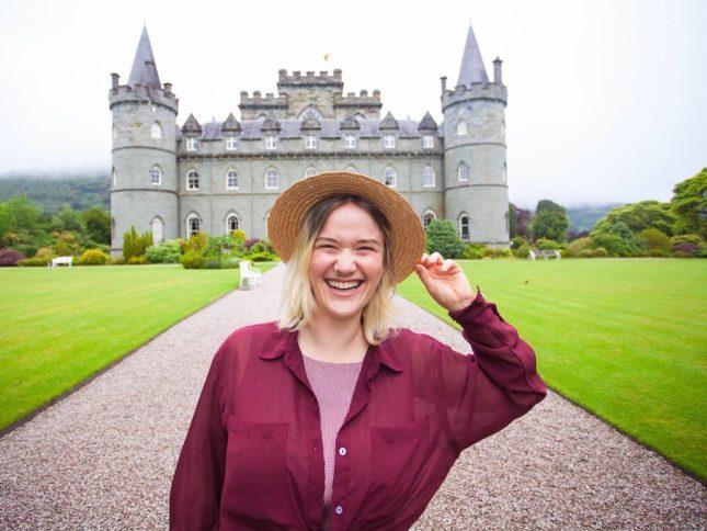 Leben in Schottland: Kathi vor dem Inveraray Castle in Argyll