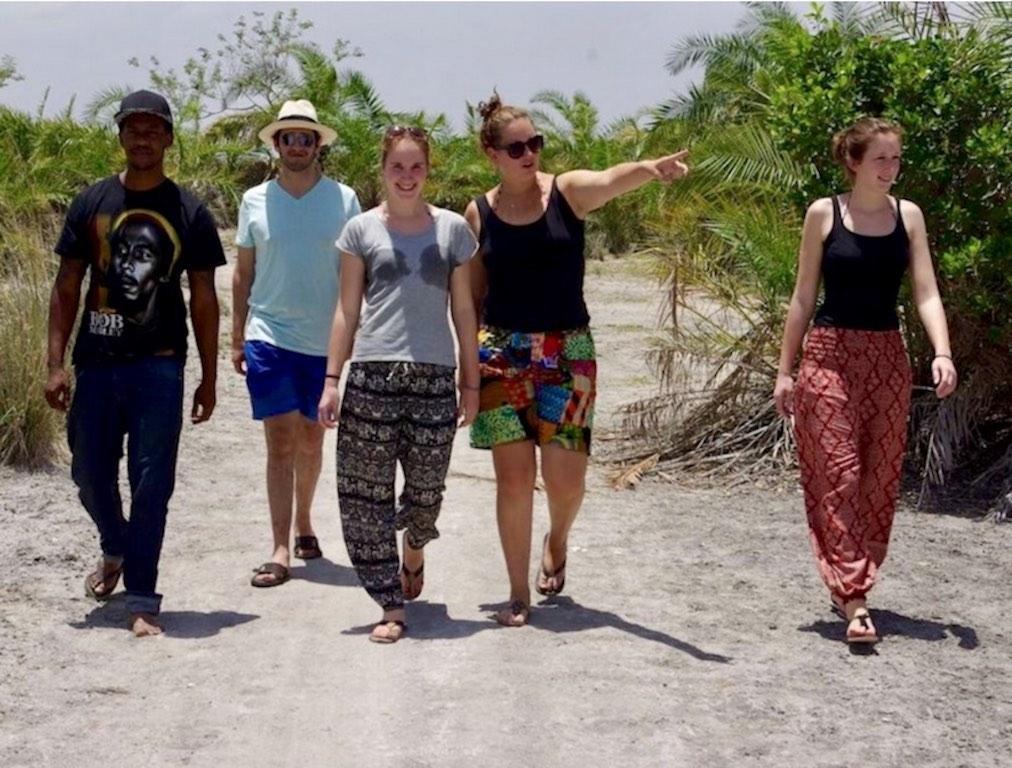 Auswandern nach Tansania: Tizia zeigt Gästen die Umgebung