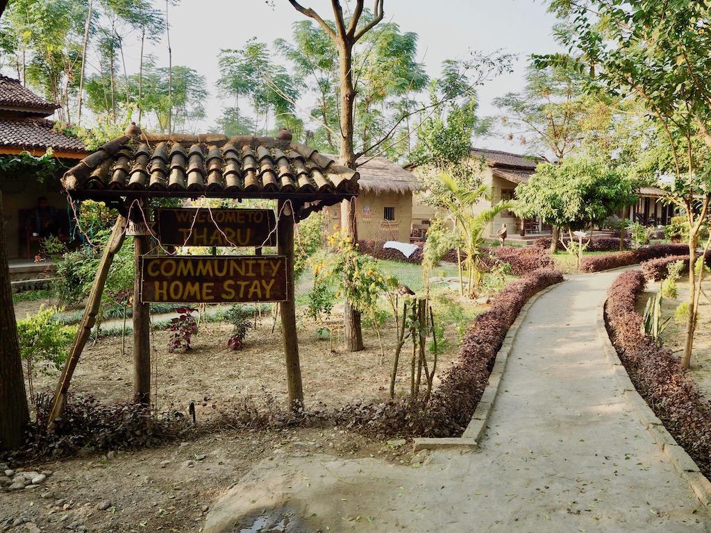 Eingang zum Tharu Community Homestay in Sauhara, Chitwan Nationalpark