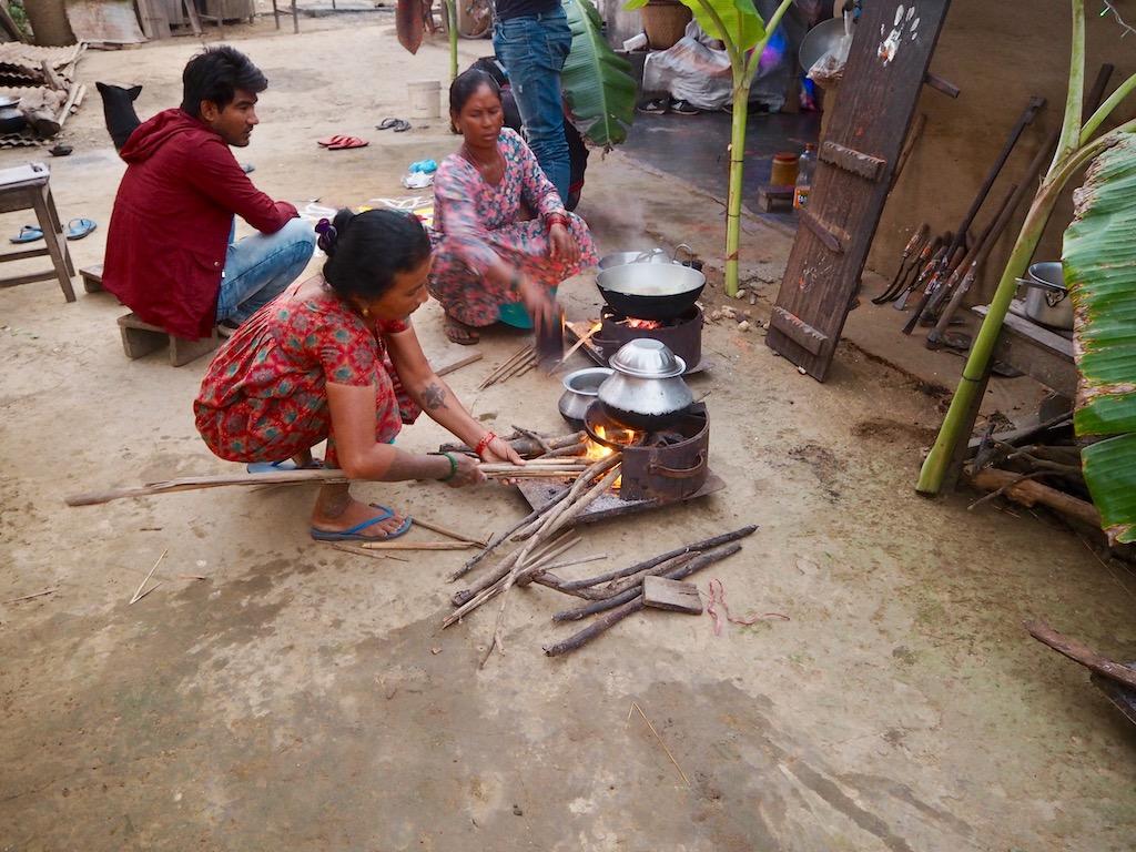 Als Gast im Tharu Community Homestay kocht man mit den Einheimischen im Tharu-Dorf nahe Sauhara, Chitwan Nationalpark