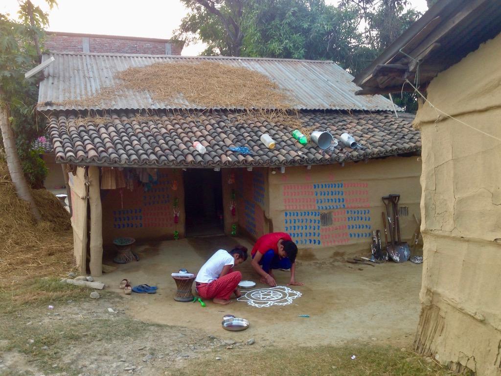 Tihar im Tharu-Dorf nahe Sauhara am Rande des Chitwan Nationalparks