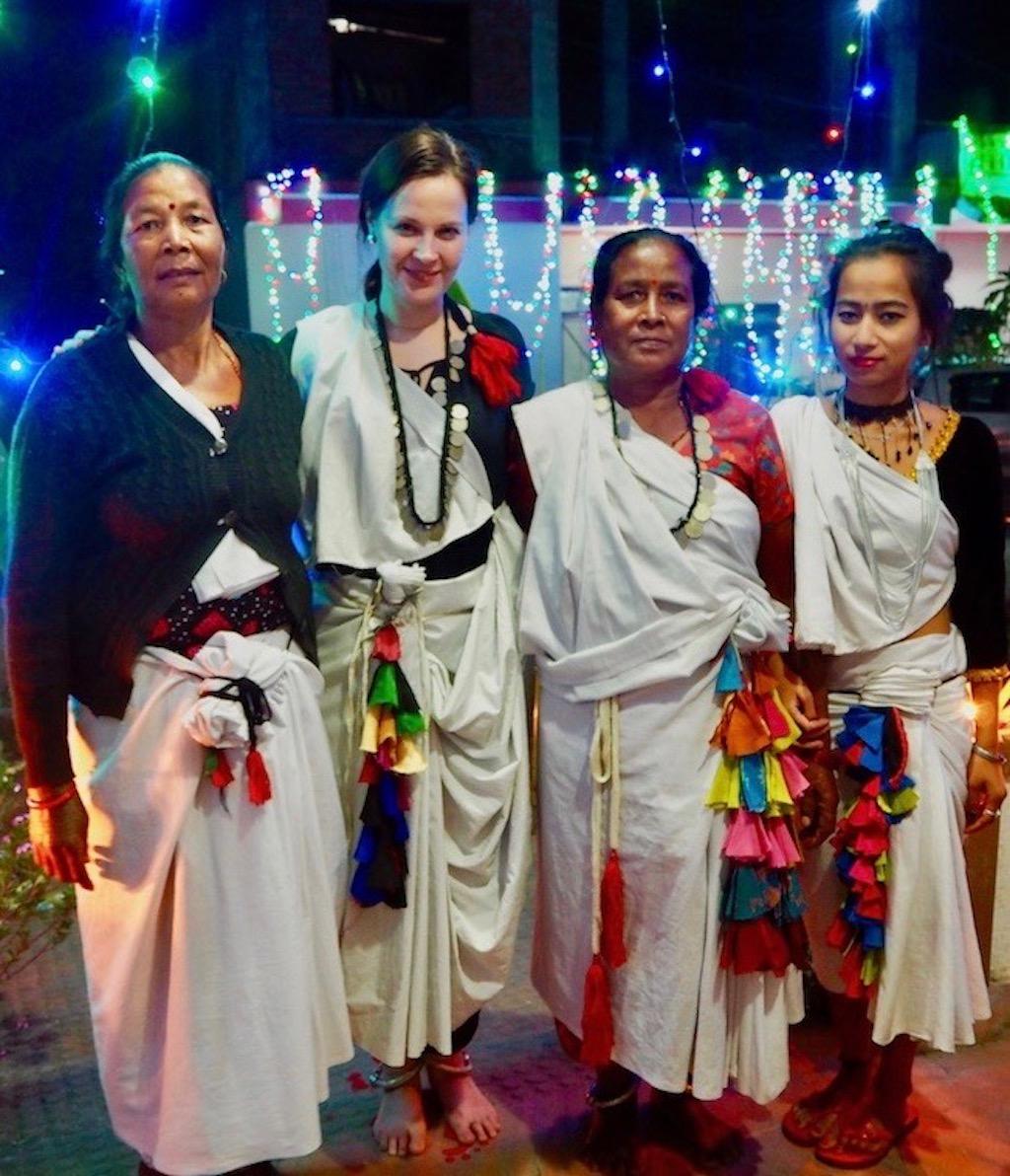 Mit Tharu_Frauen nahe Sauhara am Chitwan Nationalpark