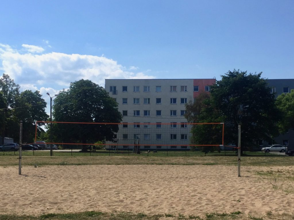 Paldiski: Beachvolleyball im Plattenbauviertel