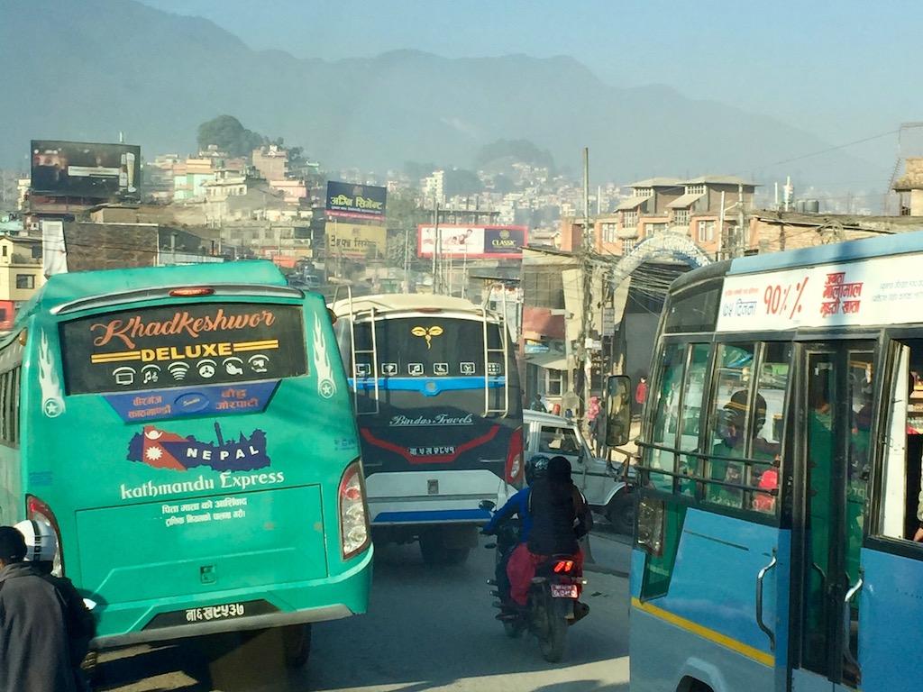 Nachhaltig Reisen in Nepal Busfahren