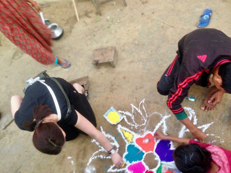 Nachhaltig Reisen in Nepal: Rangoli mit Einheimischen