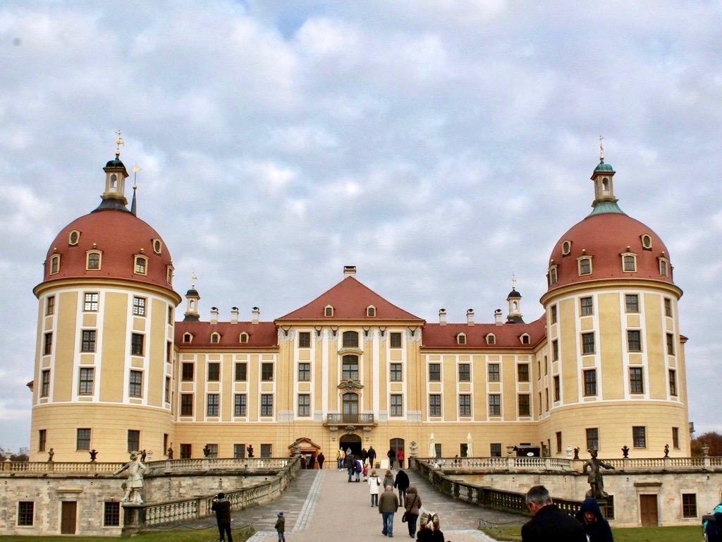 Drei Haselnüsse für Aschenbrödel Drehort Schloss Moritzburg Eingang