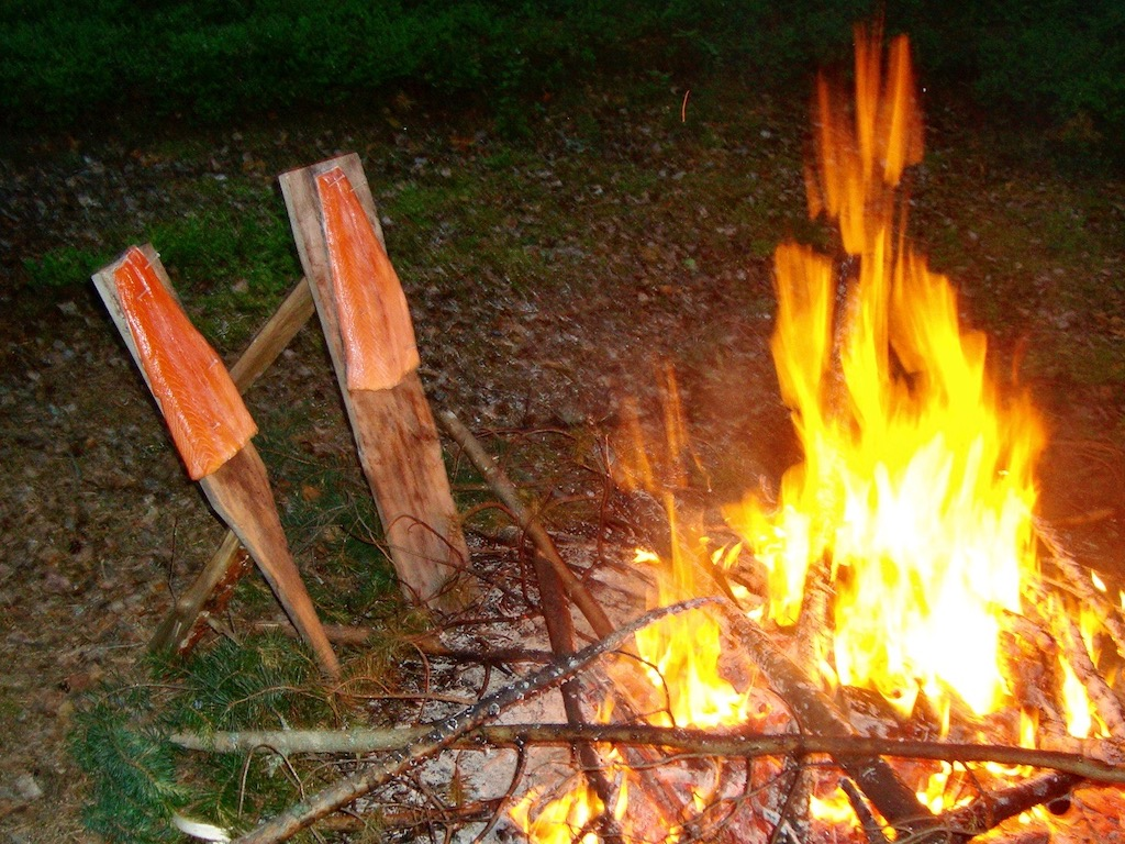 Besonders finnisch: Lachs am Feuer