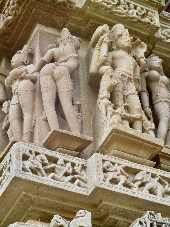 Sehenswürdigkeiten Indien: Lasziv posierende Figuren im Tempelbezirk von Khajuraho