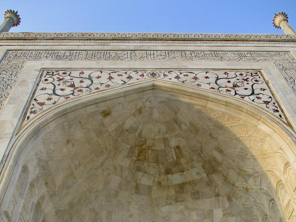Taj Mahal: Koraninschriften und Blumenmalereien