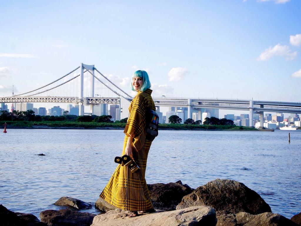 Anji genießt ihr Leben in Japan, hier im Tokioter Viertel Oidaba