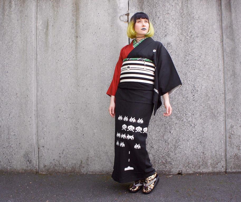 Anji in ihrem Space-Invader-Kimono