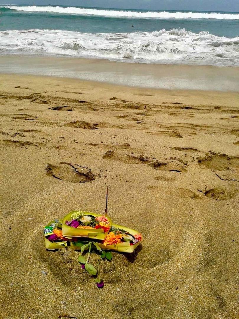 Opfergaben am Strand von Kuta