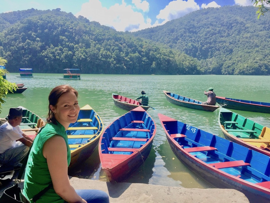 Pokhara Nepal: Bunte Boote im Phewa-See