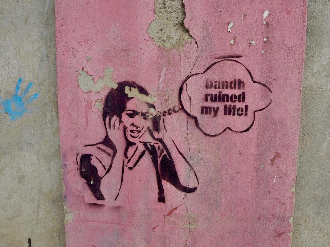 Streetart in Kathmandu: Stencil zu Nepals häufigen Generalstreiks