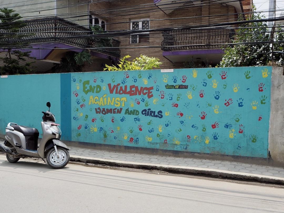 Streetart in Kathmandu: Eine Wall of Hope gegen Gewalt gegen Frauen