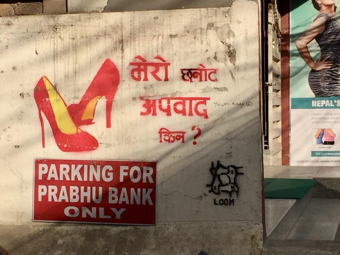 Streetart in Kathmandu: Stencil mit Pumps