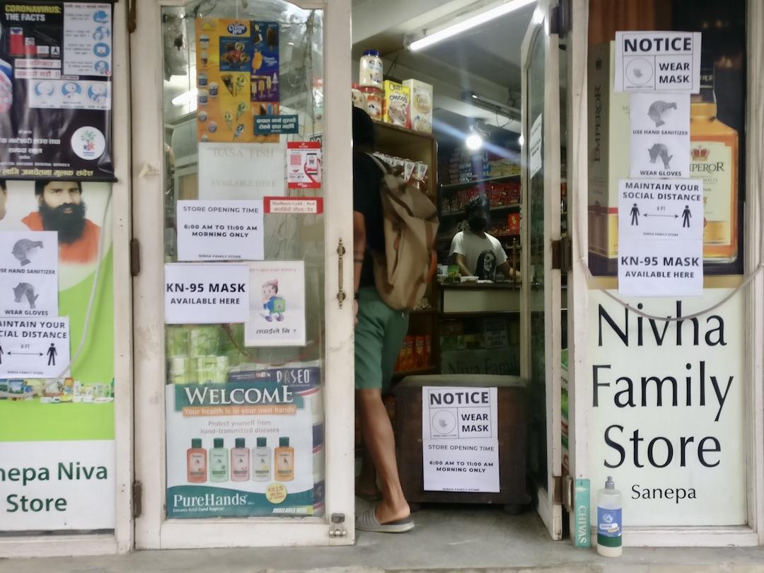 Coronavirus in Nepal: Ladeneingang mit Warnhinweisen