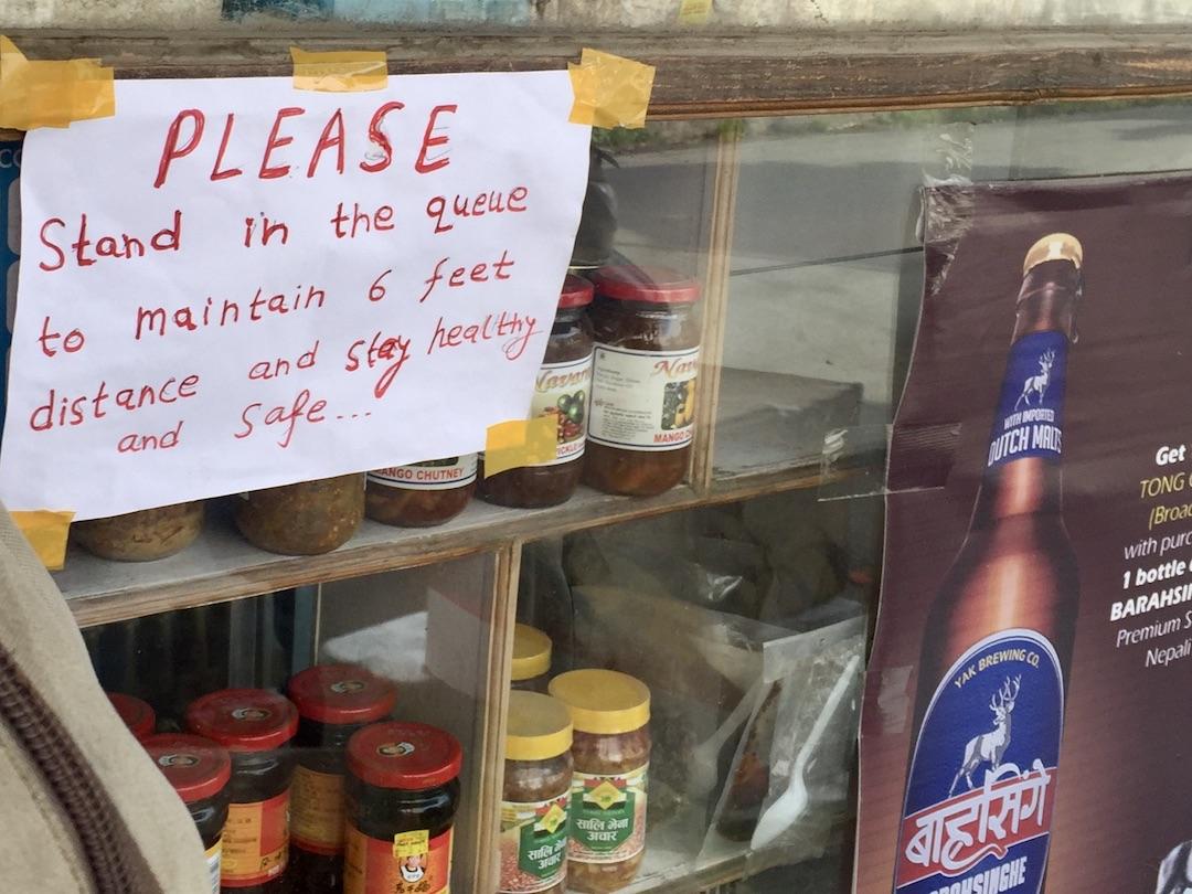 Social Distancing in Kathmandu: Hinweis im Lebensmittelgeschäft