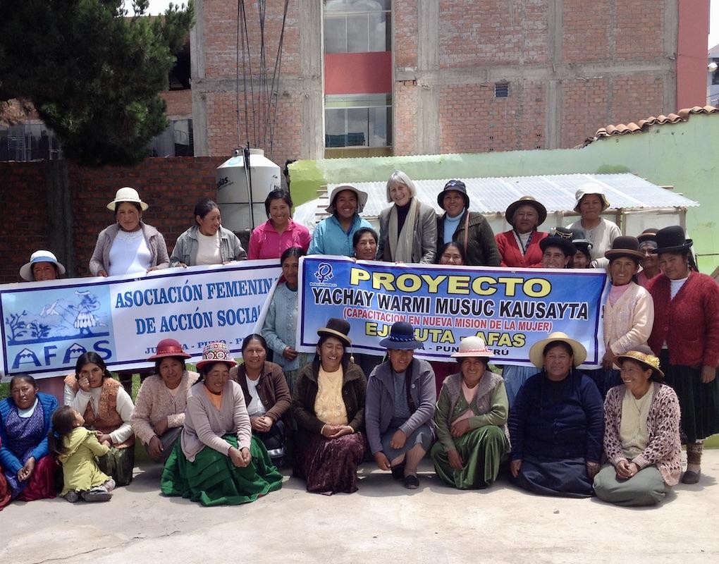 Hannelore Besser mit Frauengruppe in Peru